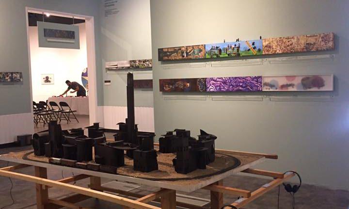 Sobre MontarlaBestia: Una exposición con maqueta en la que circula La Bestia, y a su alrededor 55 artistas visuales y 40 poetas